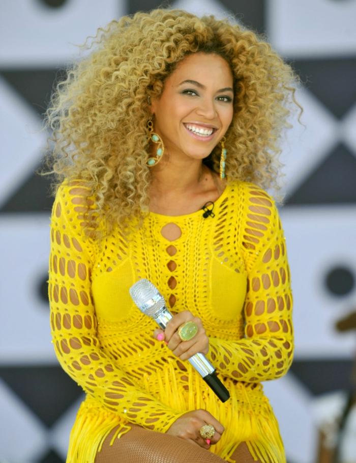 cortes para pelo rizado, Beyonce con cabello suelto cortado en capas con mucho volumen, vestido en amarillo