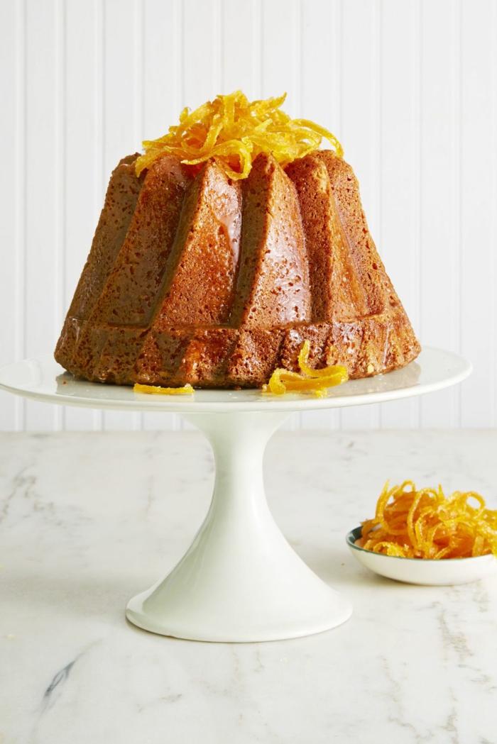 tarta casera decorada con ralladura de naranja, postres navideños caseros, ideas sobre cómo hacer bizcocho