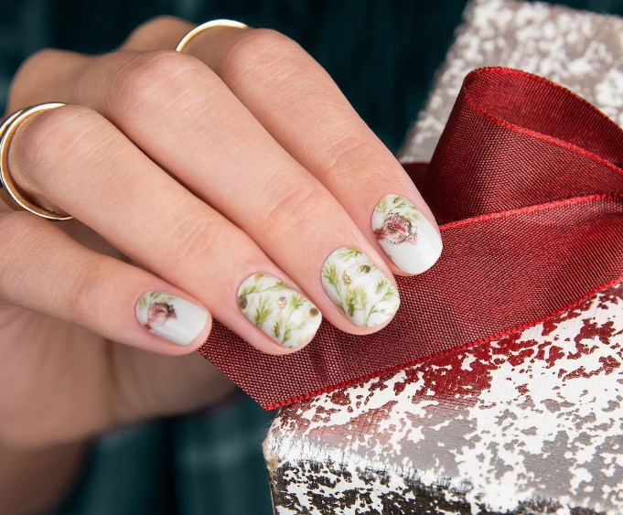 hermoso diseño de uñas con motivos florales, ideas de uñas de gel decoradas para Navidad, fondo blanco y elementos florales en verde y rosado