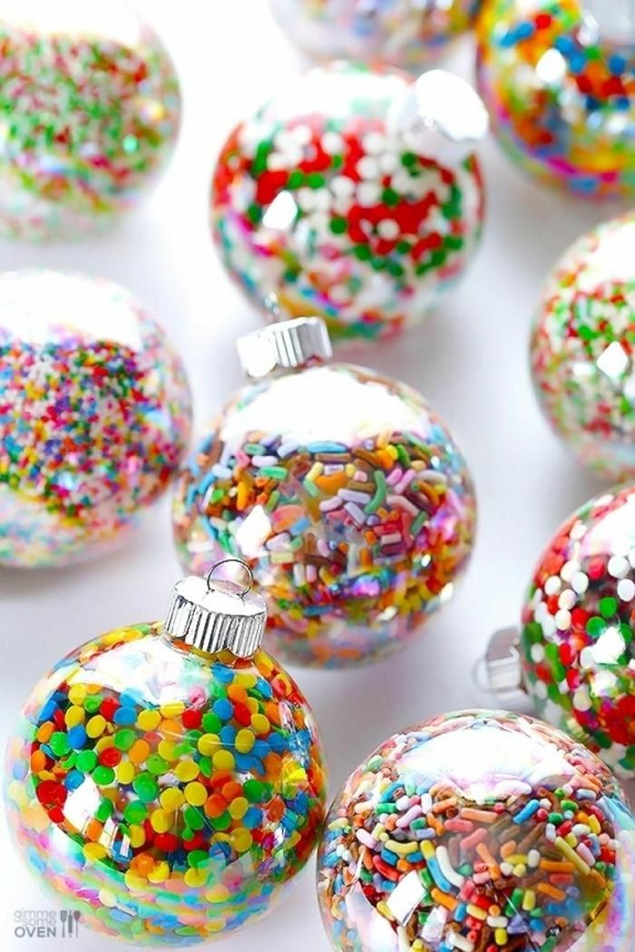 esferas navideñas llenas de asperjas, adornos navideños atractivos para hacer en casa, esferas navideñas DIY