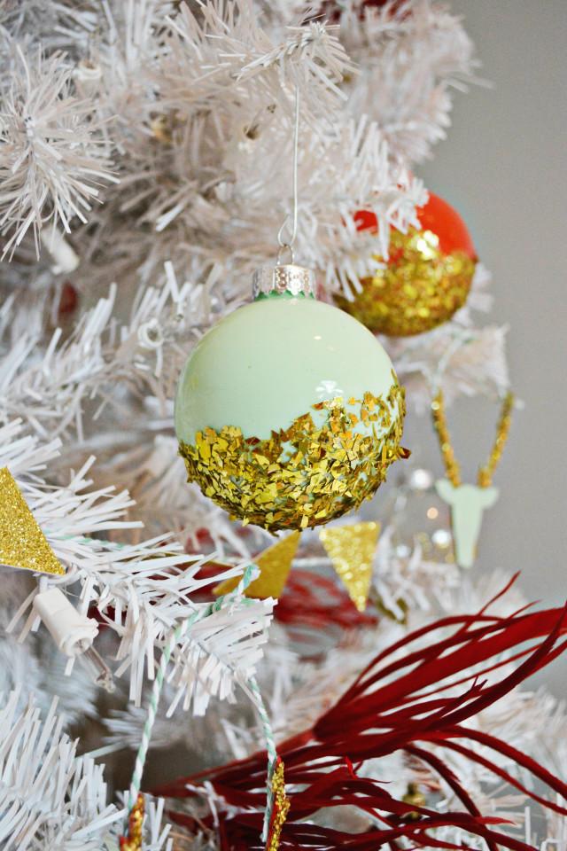 esferas navideñas decoradas de manera original, decoracion navideña original paso a paso, bonitas ideas