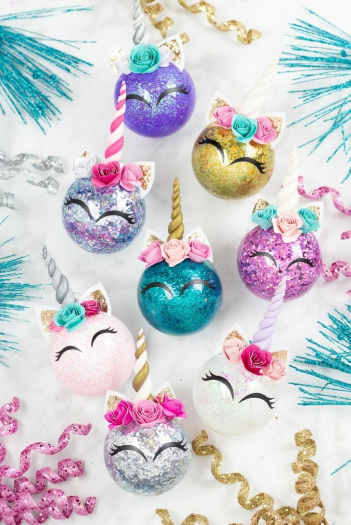 preciosas bolas navideñas llenas de purpurina en diferentes colores con decoración DIY, esferas unicornio