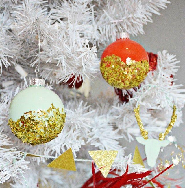 esferas navideñas DIY decoradas en dorado, decoracion navideña original para hacer en casa