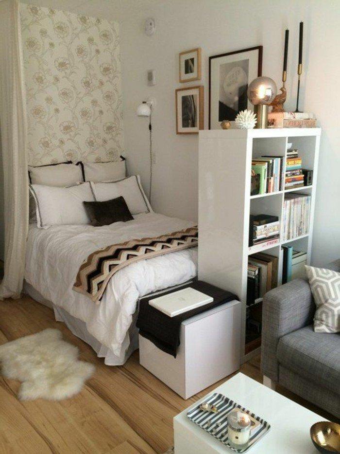 como decorar un espacio pequeño en beige, cama pequeña separada con una cortina, decoración de pisos pequeños
