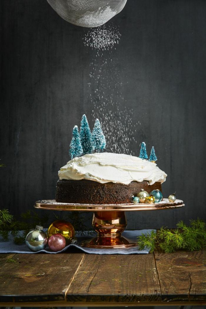 bizcocho navideño con cacao y nata, postres navideños caseros en bonitas imagenes, ideas de dulces para Navidad