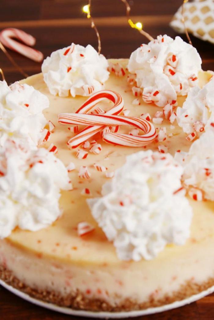 postres navideños originales, tarta de queso con crema de limon decorada con nata espesa y bastones de caramelos