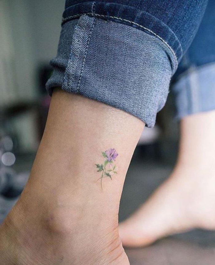 tatuajes muy pequeños con motivos florales, ideas de tatuajes chicos con sus significados
