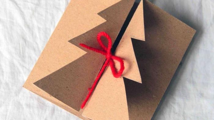 adorables ideas sobre como hacer tarjetas de navidad, tarjeta de cartón con hilo rojo, tarjetas DIY navideñas