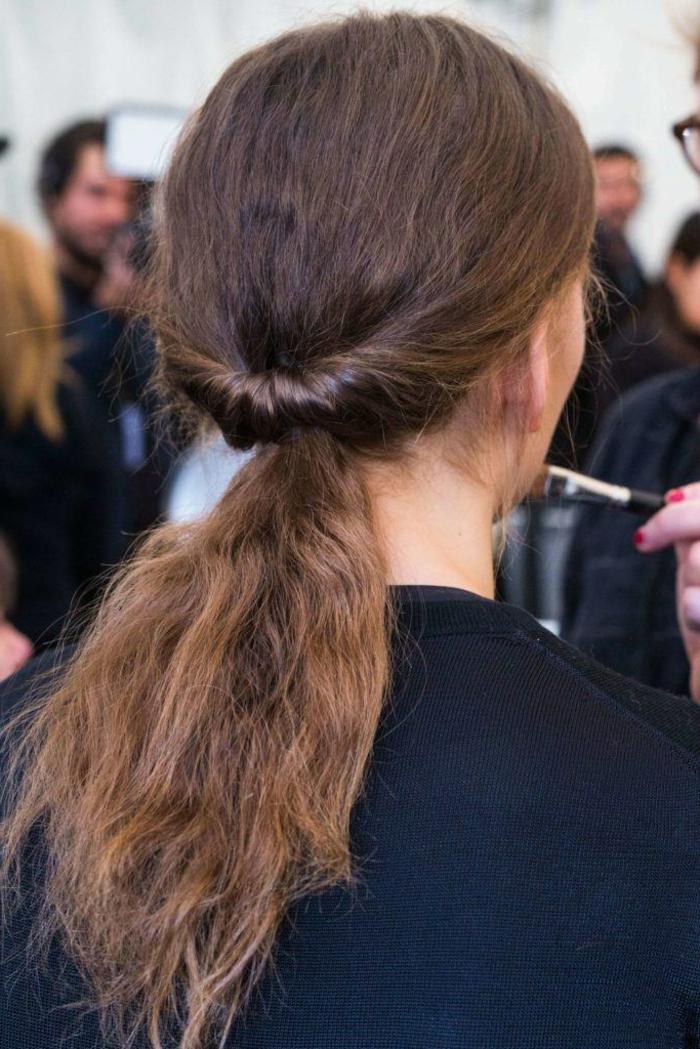 cómo llevar una melena rizada, imágines con pelados modernos, recogido bonito y original en coleta baja