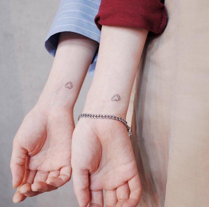 ideas de tatuajes muy pequeños para hermanas o mejores amigas, pequeños corazones tatuados en la muñeca