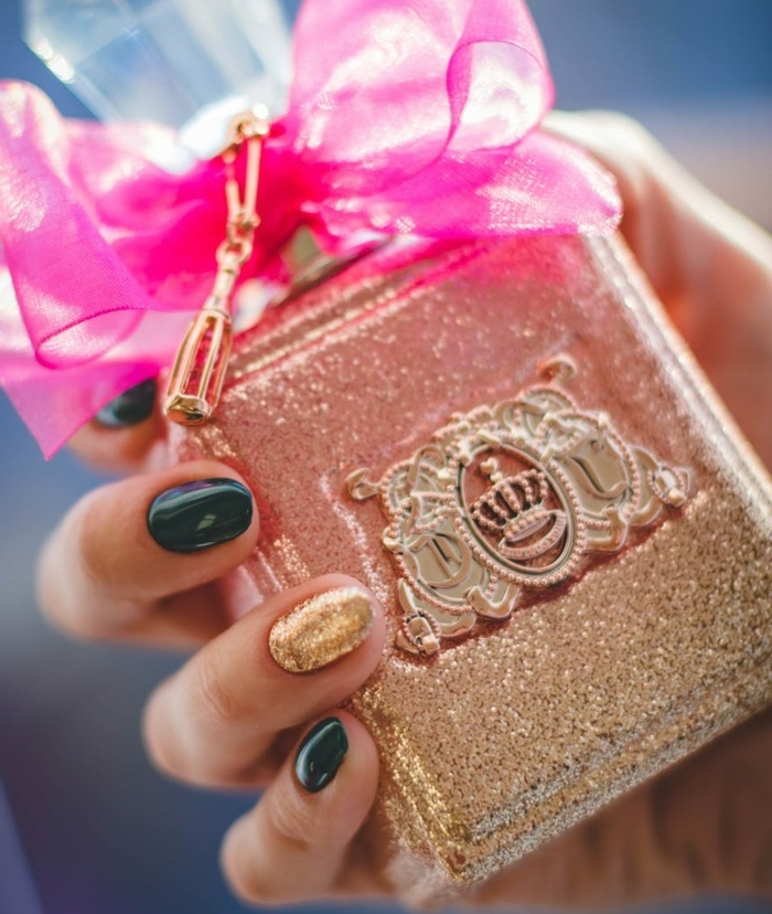 ideas originales de uñas navideñas elegantes, uñas largas de forma almendrada pintadas en verde oscuro y dorado