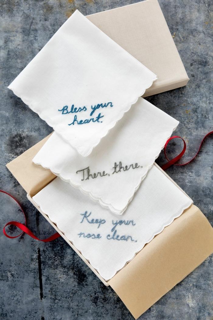 pañuelos con bordados mensajes bonitos, ideas de regalos originales para amigas para las fiestas navideñas
