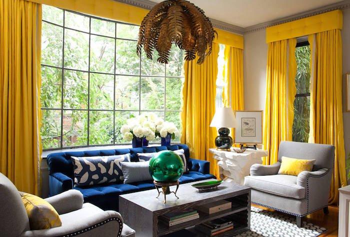 propuestas de colores que combinan con gris, grande salon con ventanales, cortinas venecianas en amarillo chillón