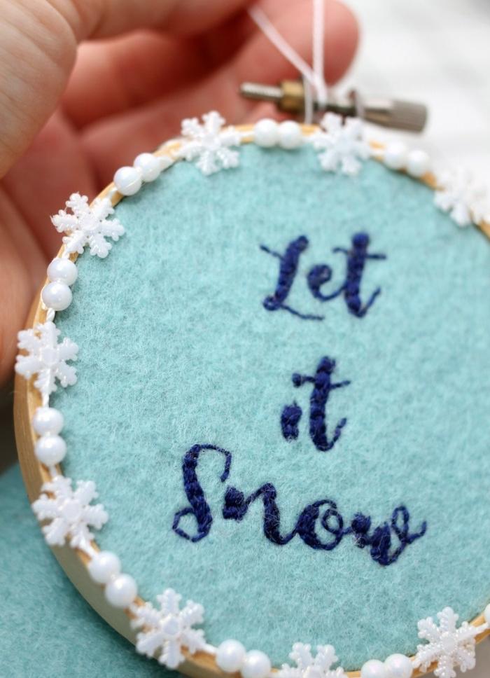 ideas de adornos navideños reciclados, adorno de forma oval con fieltro y bordados, adornos DIY Navidad