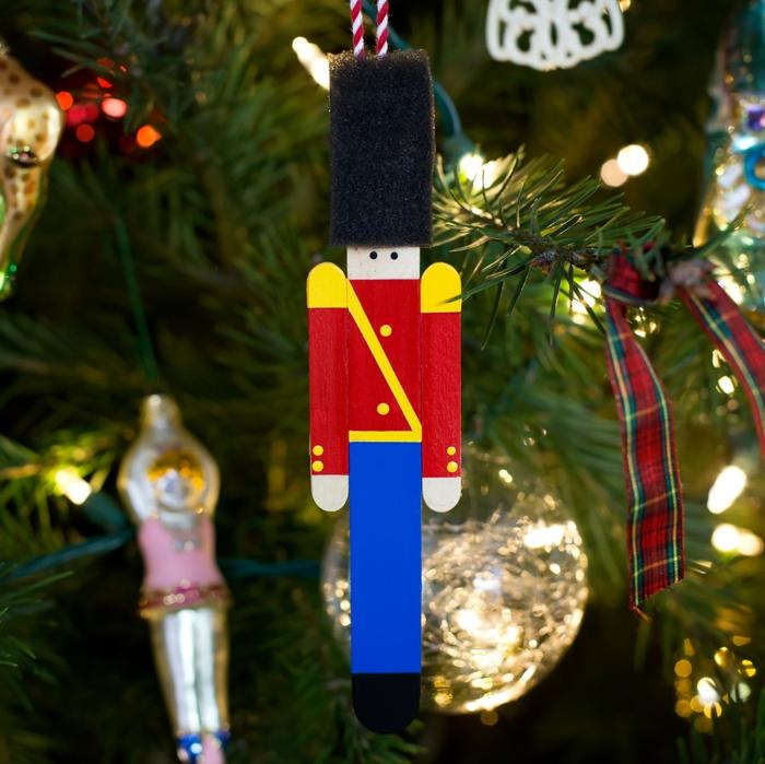 propuestas de adornos navideños reciclados en bonitas imágines, palitos de madera decorados