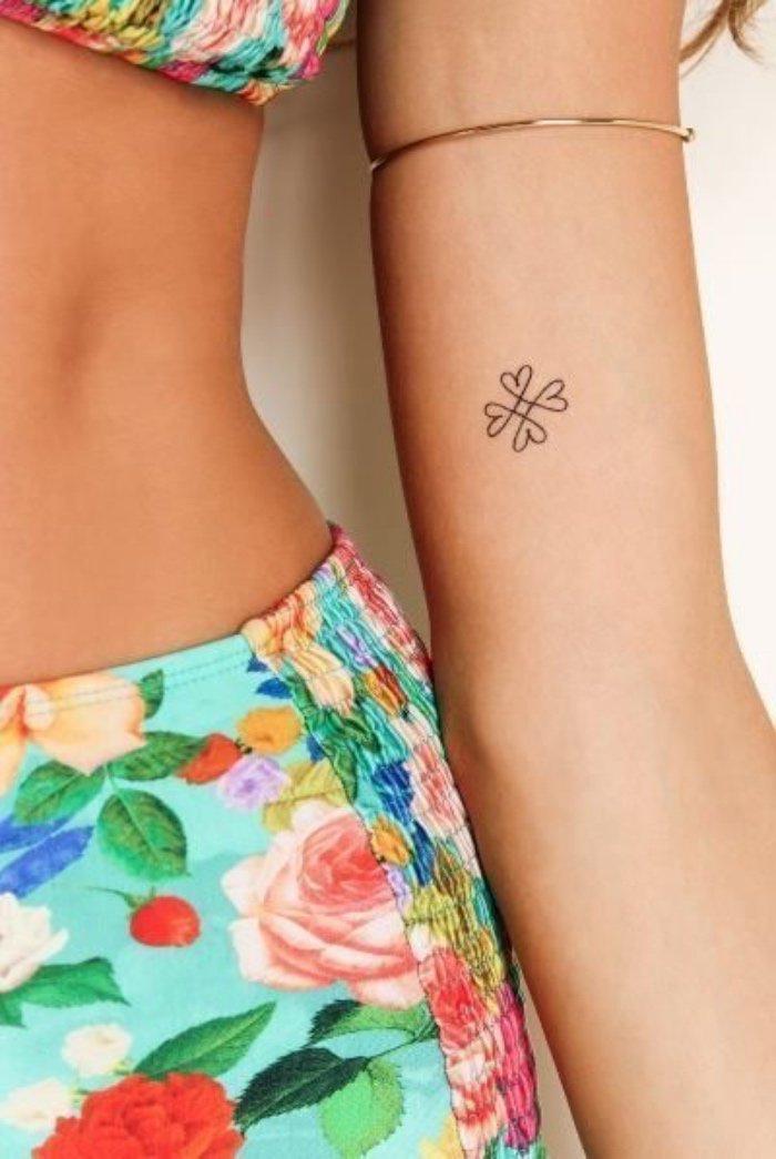 diseño elegante de tattoo pequeño tatuado en el antebrazo, imágenes de tatuajes muy pequeños para inspirarte