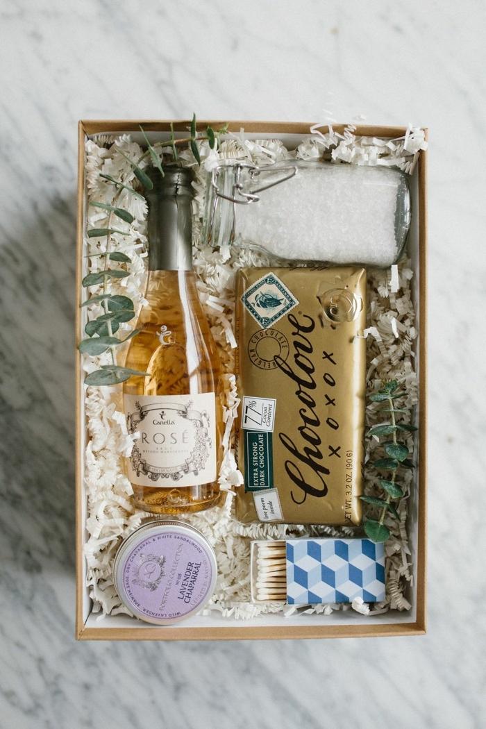 cajas personalizadas con regalos de lujo, botella de vino, chocolate, pequeños detalles, regalos originales para amigas