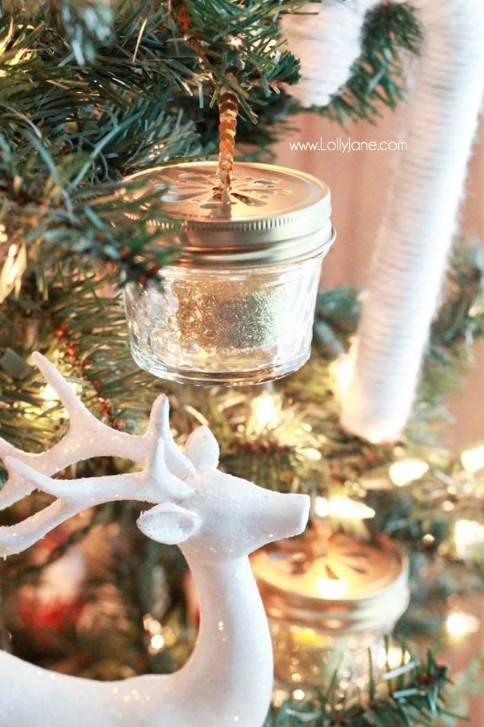 arbol de navidad casero decorado de adornos hechos a mano, botes de cristal decorados con purpurina