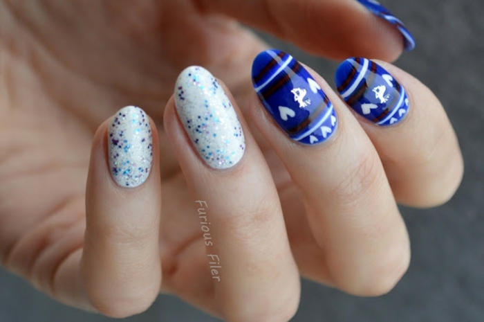 uñas de gel decoradas con detalles navideños, modelos de uñas en la gama azul, esmalte con partículas relucientes