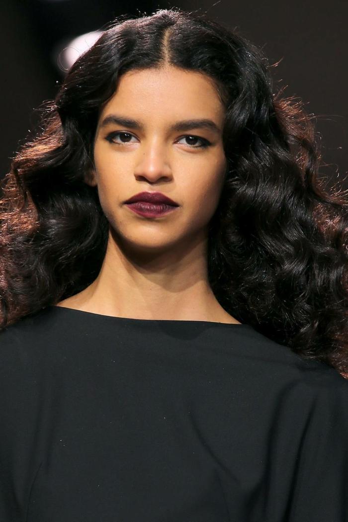 ideas de peinados pelo ondulado, cabellera ondulada color castaño oscuro, labios pintados en color bordeos vestido negro