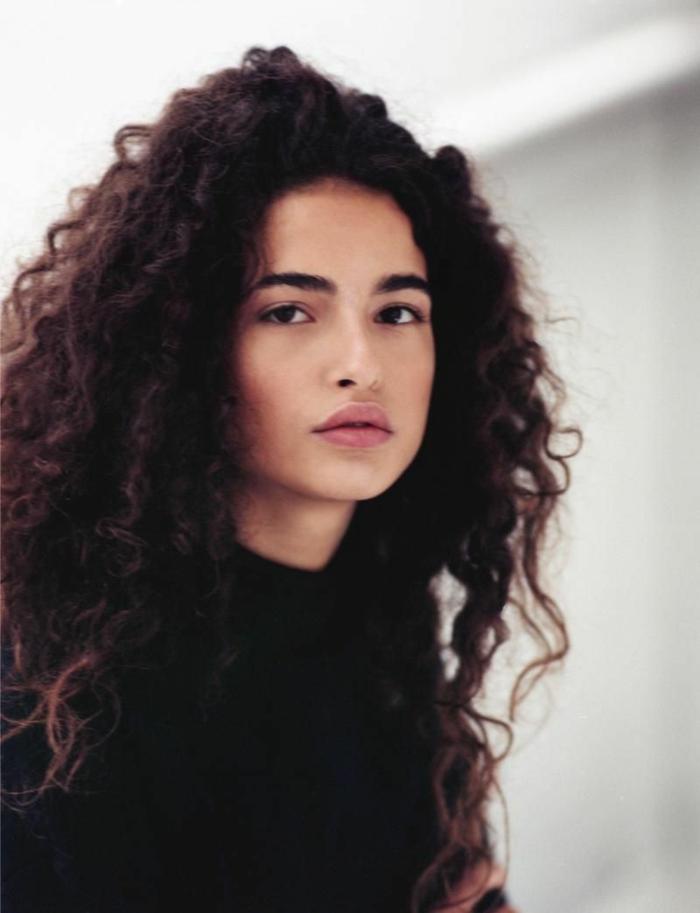 larga melena rizada suelta con mucho volumen, cortes de pelo rizado en capas, cabello castaño oscuro