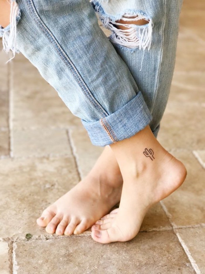 diseños en estilo minimalista, tatuajes muy pequeños, pequeño cactus tatuado en el tobillo