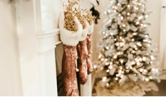 preciosas ideas sobre como adornar la casa en navidad, calcetines navideños brillantes para colgar en la chimenea