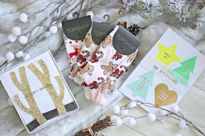 pequeños detalles para regalar en Navidad, regalos amigo invisible 5 euros, calcetines con motivos navideños