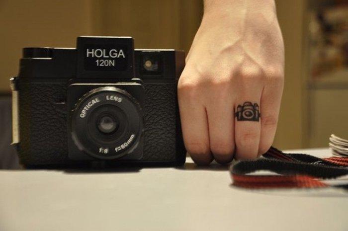 tatuajes muy pequeños en el dedo, últimas tendencias en los tatuajes, tattoos para los amantes de la fotografía