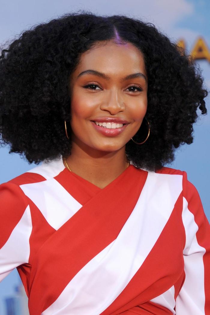 las mejores propuestas de cortes de pelo para cara ovalada pelo afro, melena con mucho volumen cortada en capas