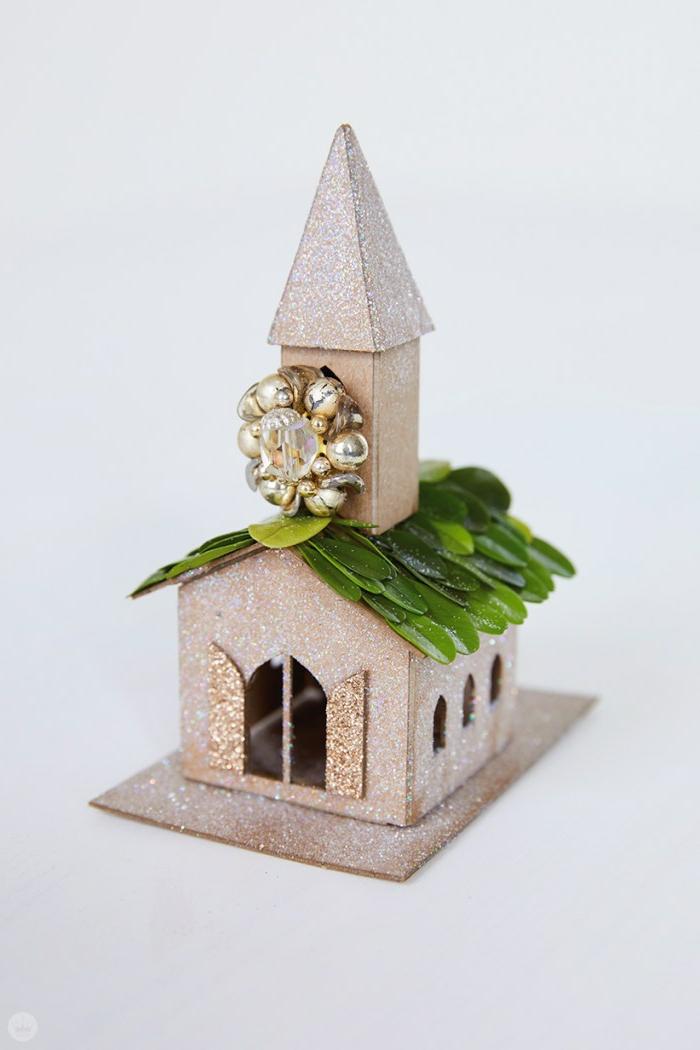 como adornar la casa en navidad con adornos navideños hecho a mano, casa decorativa hecha de cartulina