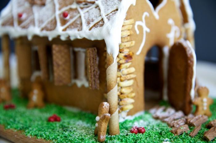 fotos de postres navideños originales, casa de galletas de jengibre, postres originales para tus invitados