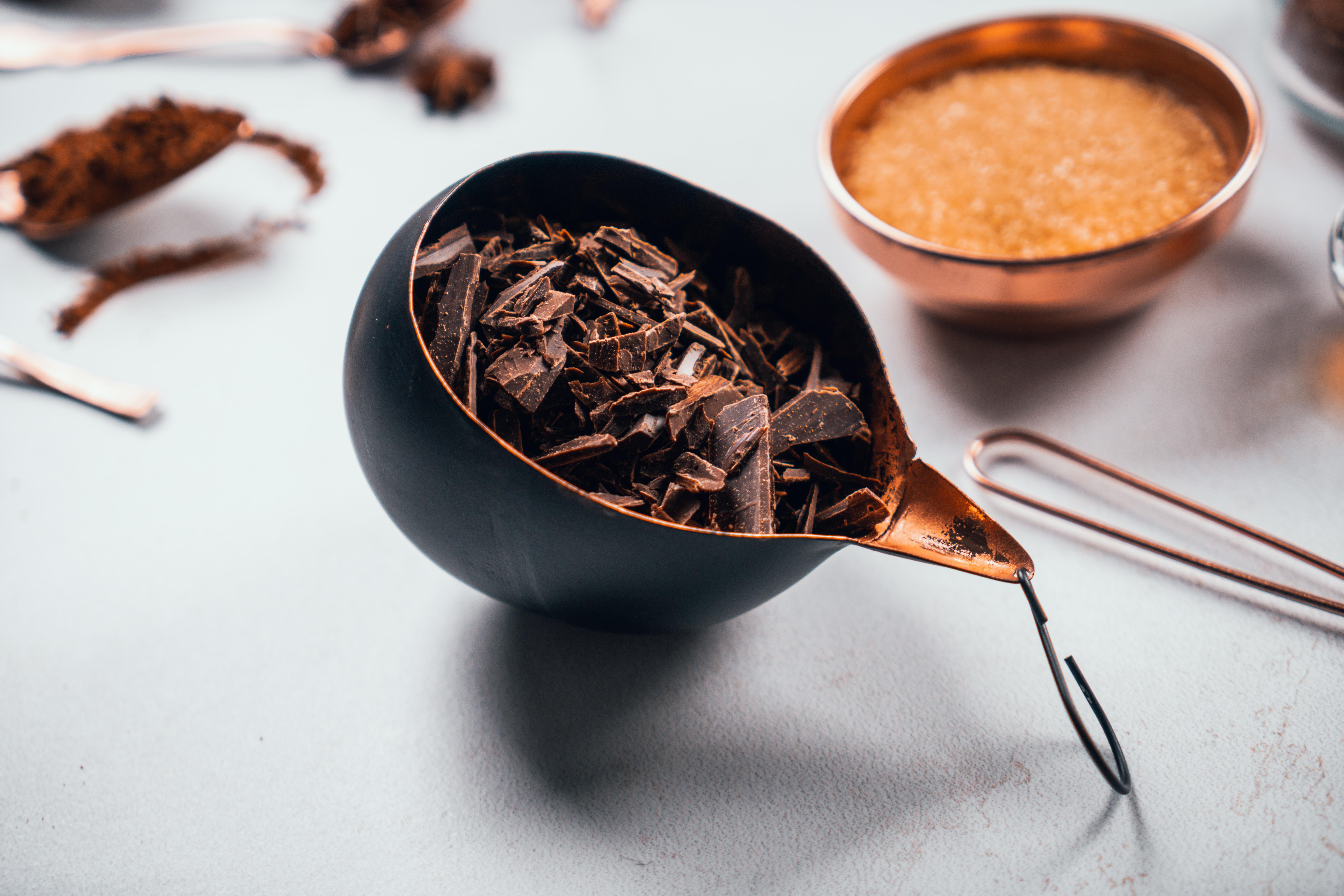 ralladura de chocolate para hacer el mejor chocolate caliente para sorprender a tus amigos y familia, bebidas reconfortantes para el invierno