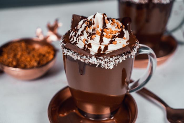 taza de chocolate caliente para preparar para las fiestas navideñas, postres de navidad con un sabor intenso y unico