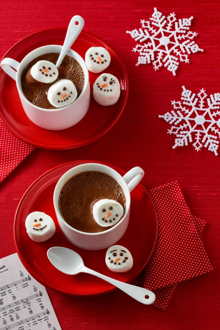 chocolate caliente con marshmallows decorados, ideas de postres navideños sencillos y super ricos