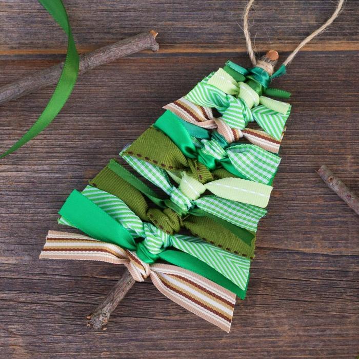 ideas de adornos navideños reciclados, árbol navideño hecho de palos de madera y cintas de tela en verde