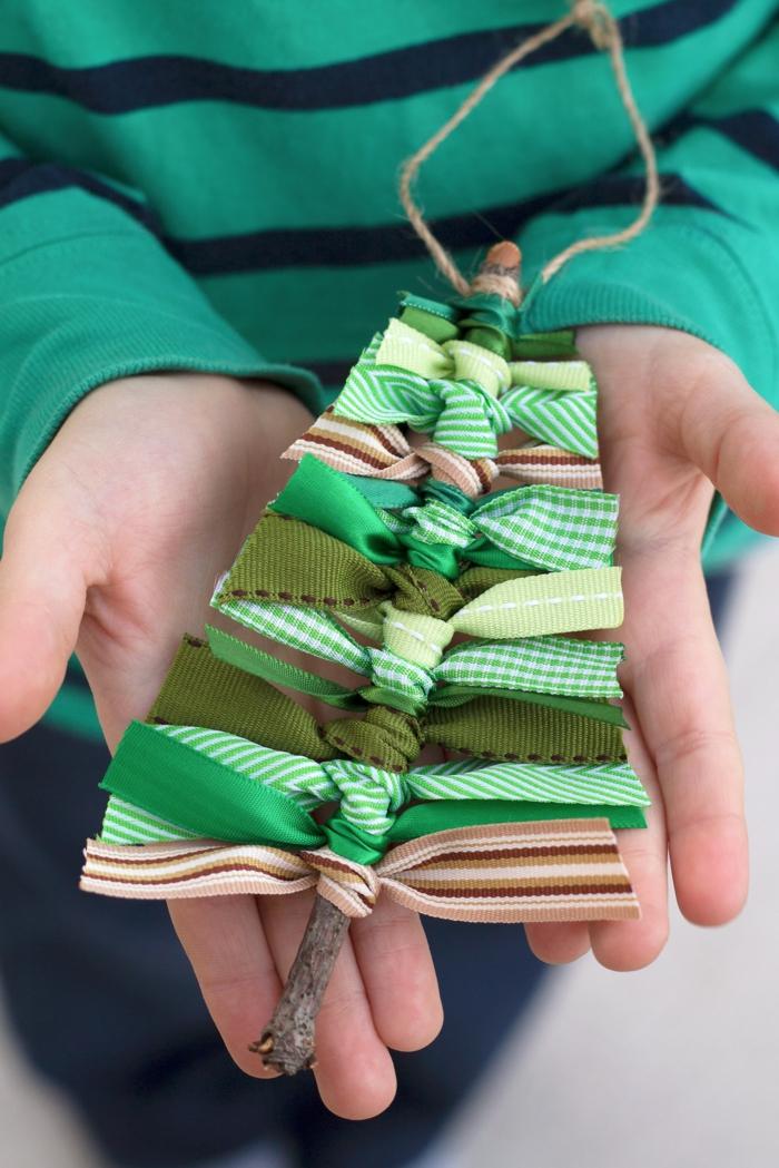 precioso adorno DIY hecho de materiales naturales, originales propuestas de adornos navideños reciclados