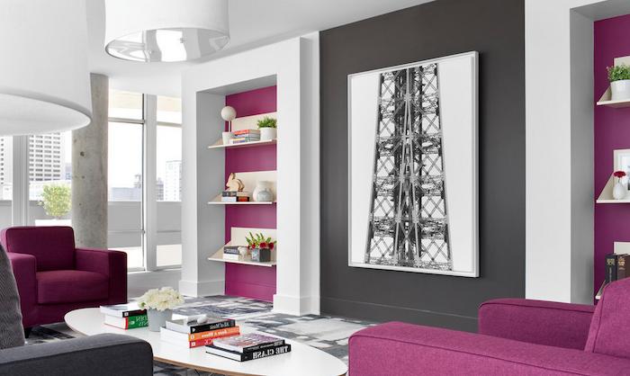 salon moderno decorado en estilo contemporáneo con paredes grises y muebles en morado