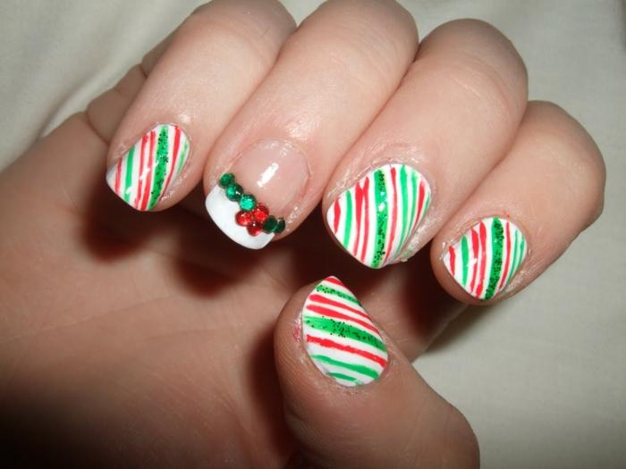 diseños de uñas fáciles para hacer sola en casa, uñas de navidad decoradas en rojo, verde y blanco