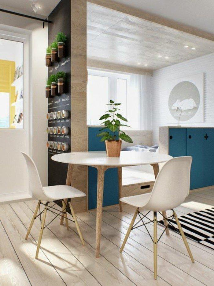 decoración de pisos pequeños estilo moderno, salón comedor bonito en colores claros con acentos en azul