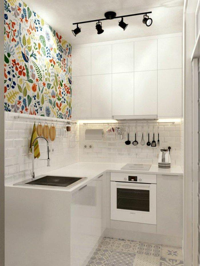 pequeña cocina decorada en blanco con pared de acento con papel pintado motivos florales, decoración de pisos pequeños