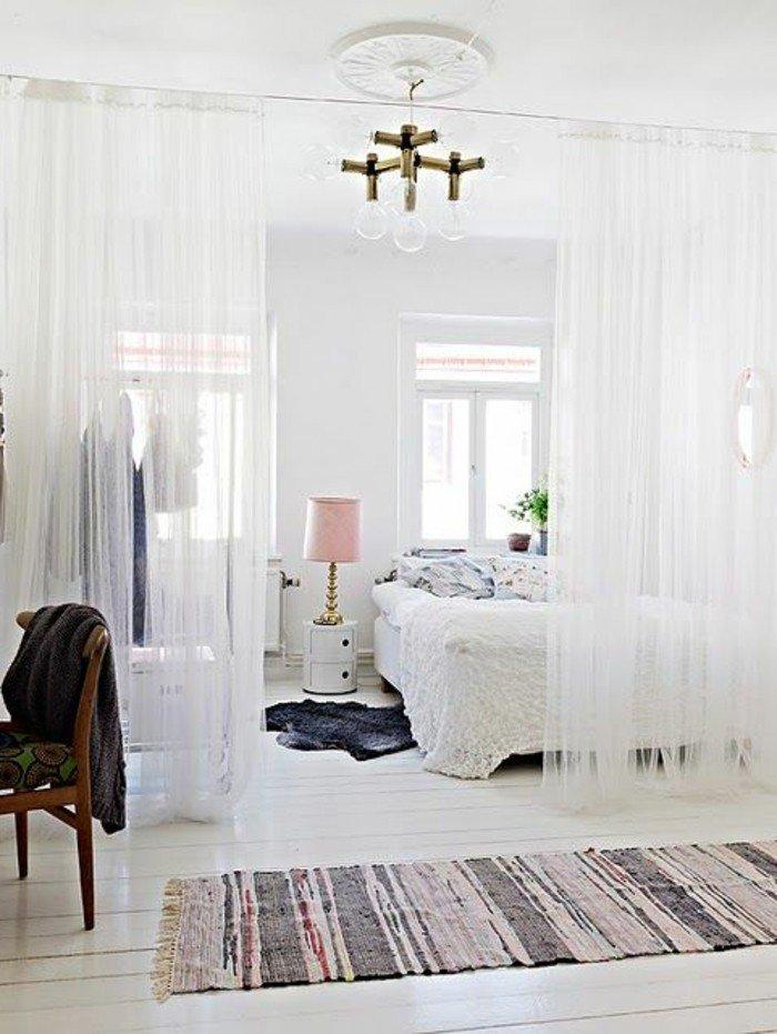 pequeño espacio decorado en blanco con cama doble y cortinas blancas, ideas decoracion pisos pequeños modernos