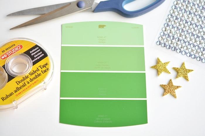 materiales necesarios para hacer postales navideñas personalizadas, cinta adhesiva, tijeras, estrellas doradas para pegar