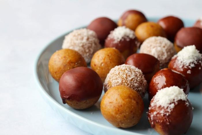 bolas navideñas de jengibre con glaseado de chocolate y ralladura de coco, postres navideños sencillos