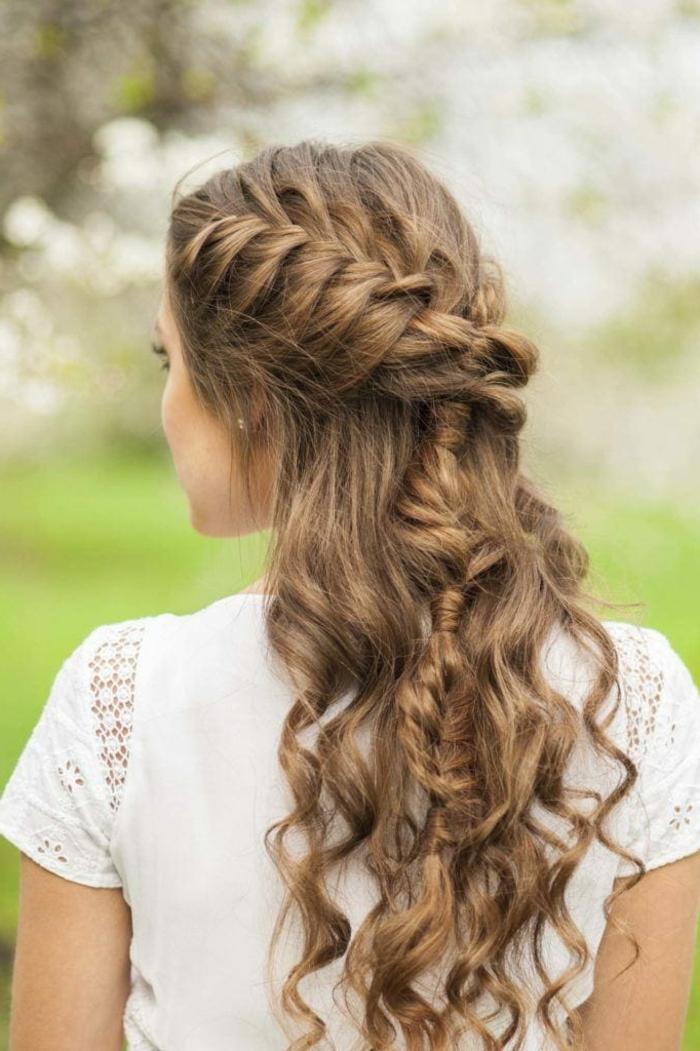 pelados modernos para melenas largas rizadas, cabello muy largo rizado recogido con trenzas