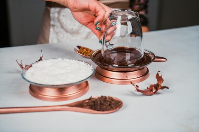 trucos para hacer una taza de chocolate caliente decorada con coco y chocolate, ideas de recetas vegetarianas en fotos