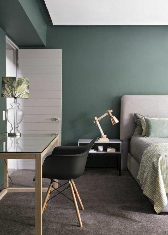 dormitorio moderno decorado en verde oscuro y gris, ideas de colores que combinan con gris