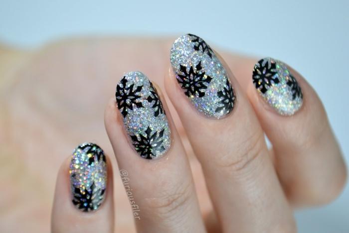 diseños de uñas faciles y super bonitos para navidad, uñas largas de forma almendrada pintadas en dorado con detalles en negro