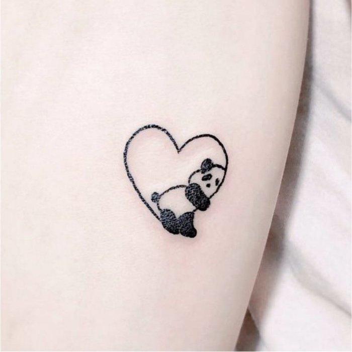corazón con panda tatuado en el antebrazo, tatuajes muy pequeños para hombres y mujeres
