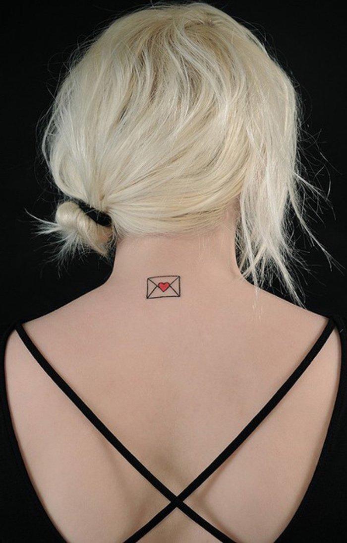 tatuajes muy pequeños en la nuca, precioso dibujo, sobre con corazón, diseños de tatuajes originales
